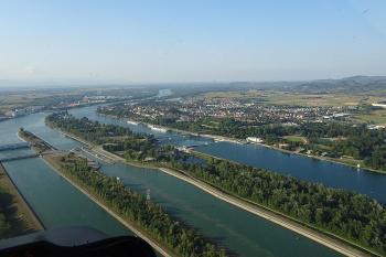 Luftbild des Fußball Trainingslager am Rheinufer