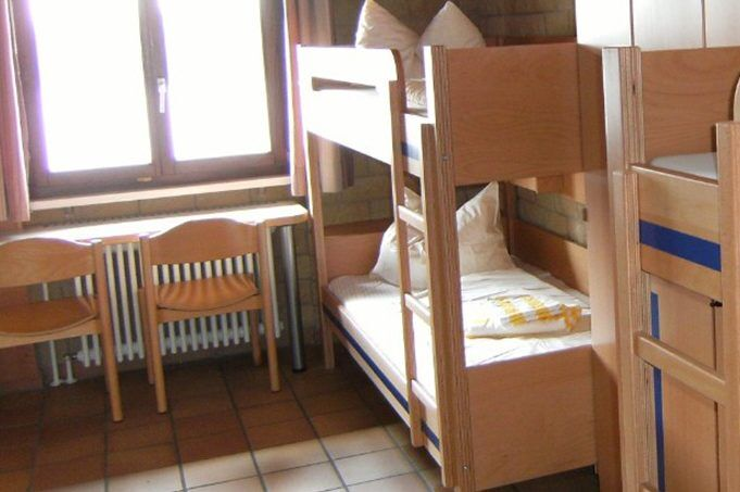 Mehrbettzimmer im Fussball Trainingslager am Rheinufer