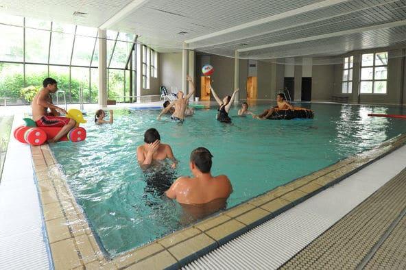 Entspannung im Schwimmbad während der Saisonvorbereitung