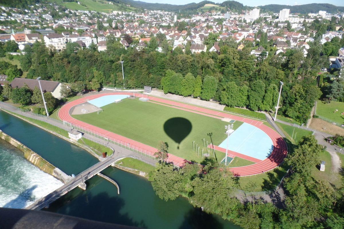 Luftaufnahme des Fussball Trainingslager an der Limmat