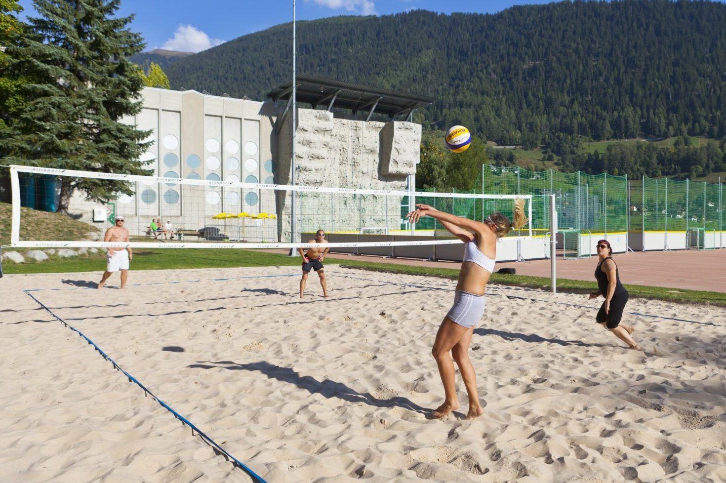 Beachvolleyballplatz im Fussball Trainingslager Wallis