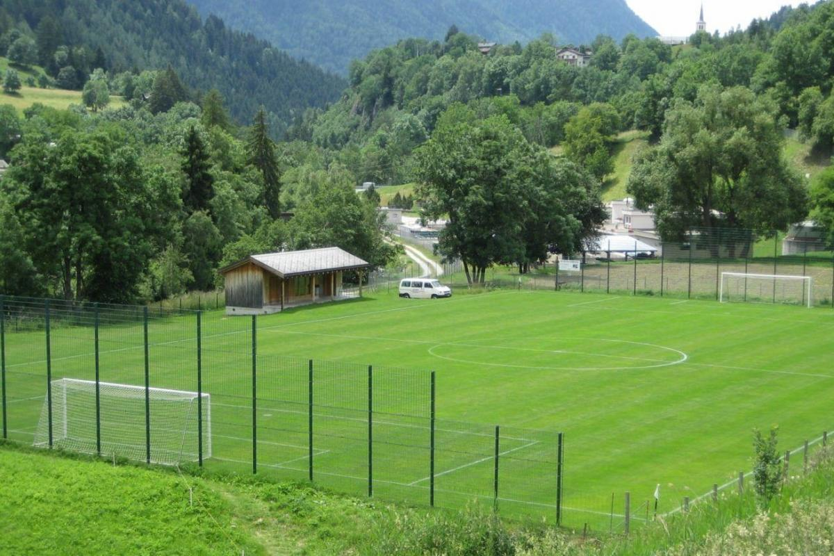 Schöner Naturrasenplatz im Fussball Trainingslager Wallis
