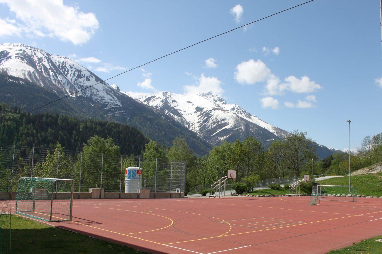 Hartplatz vor schöner Bergkulisse im Fussball Trainingslager Wallis