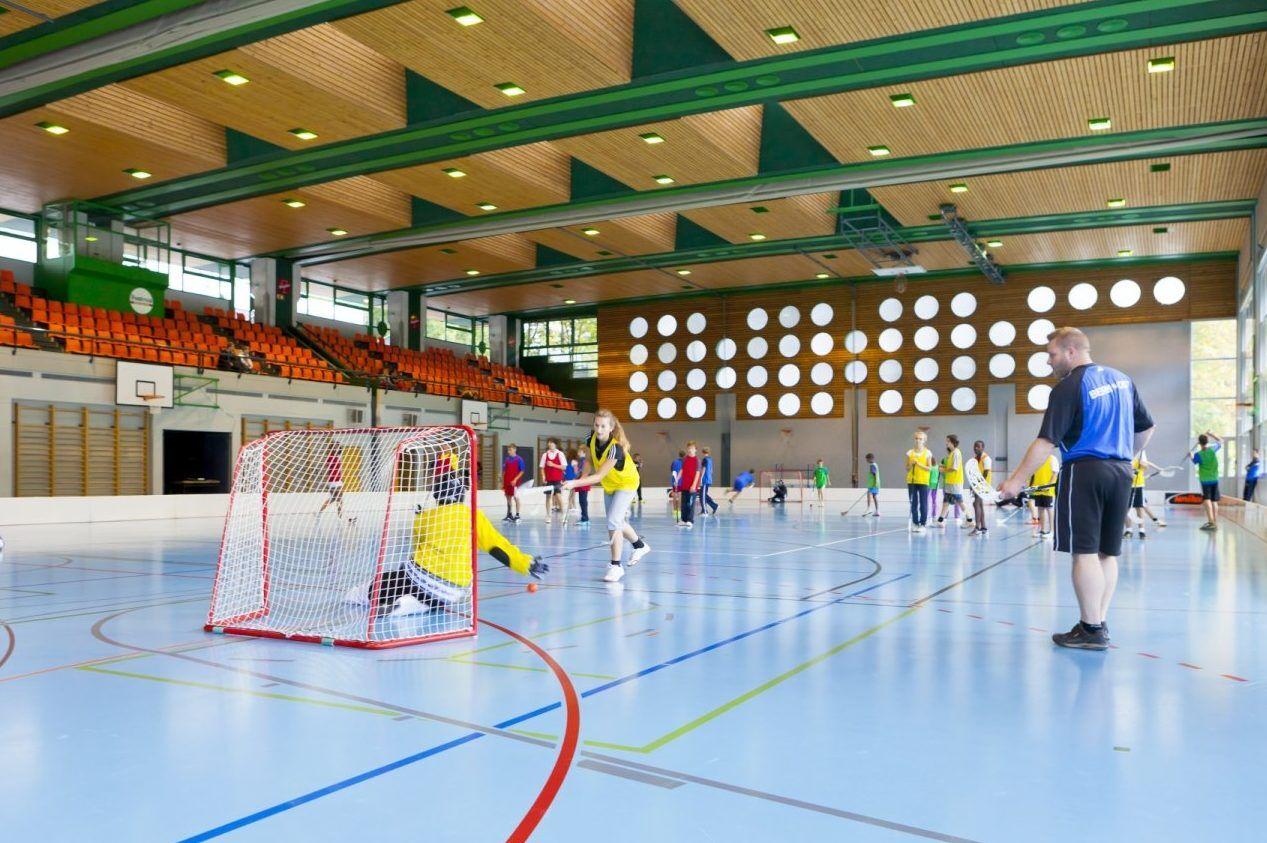 Große Sporthalle für Alternativeinheiten im Fussball Trainingslager Wallis