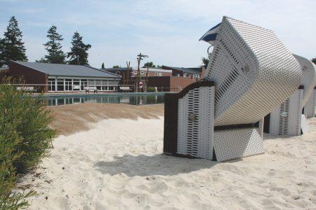 Außenbereich mit Schwimmbecken und Strandkörben