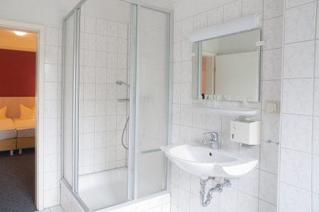 Modernes Badezimmer mit eigenem Duschbereich im Trainingslager Leipzig