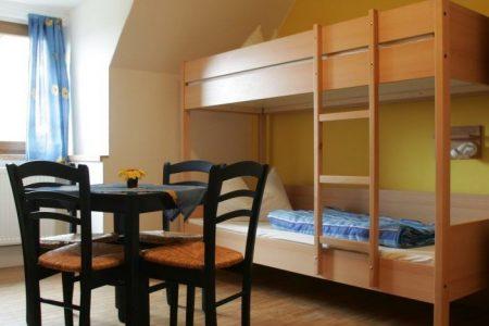 Die Mehrbettzimmer bieten genug Platz für einen zusätzlichen Tisch in der Mitte des Zimmers