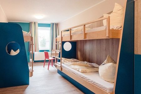 Die Schlafräume sind modern eingerichtet und für mehrere Personen ausgelegt