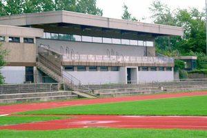Sportplatz mit kleiner Tribüne beim Fussball Trainingslager Ploen