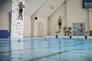 Schwimmhalle samt Kletterwand im Fussball Trainingslager Rodding Daenemark