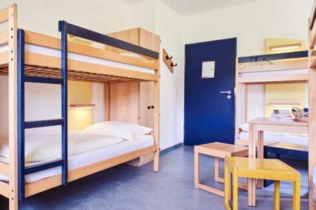 Große Zimmer mit Betten für mehrere Personen in einem Raum